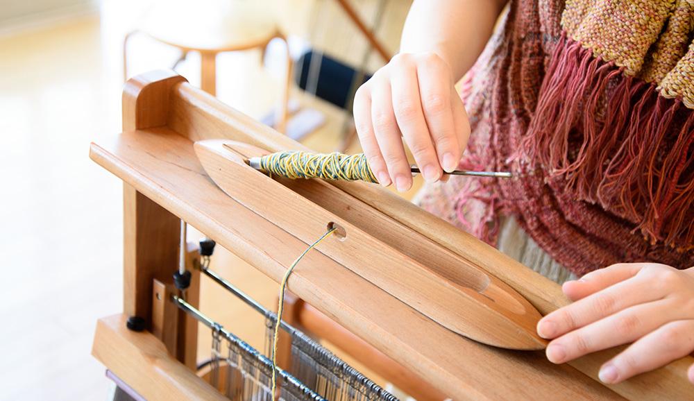 巻き終わったらハサミで切り、シャトルの芯棒に差し入れ、シャトルの穴の内側から外に出してセット完了です。