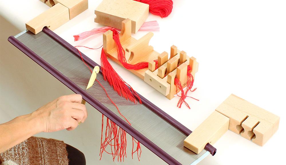 織り幅の中心が筬の中心にくるように、右側から筬通し板を使って筬通しをします。