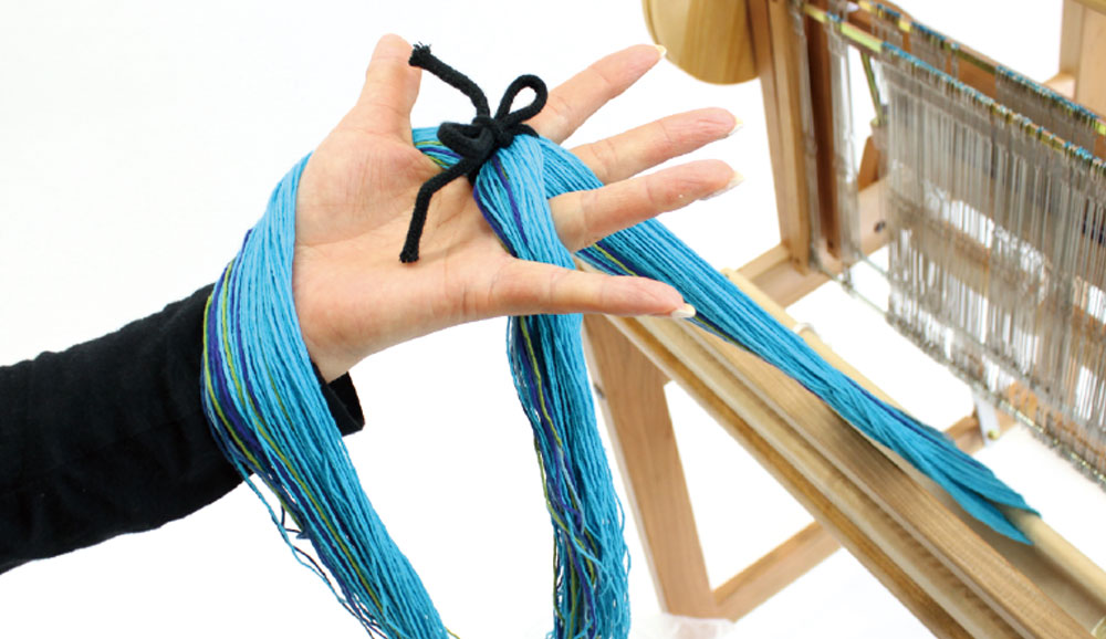 筬通し板…くぼみ部分でタテ糸を押し込み筬に通します。フック部分で下から引っ掛け、引っ張り下ろす方法もあります。