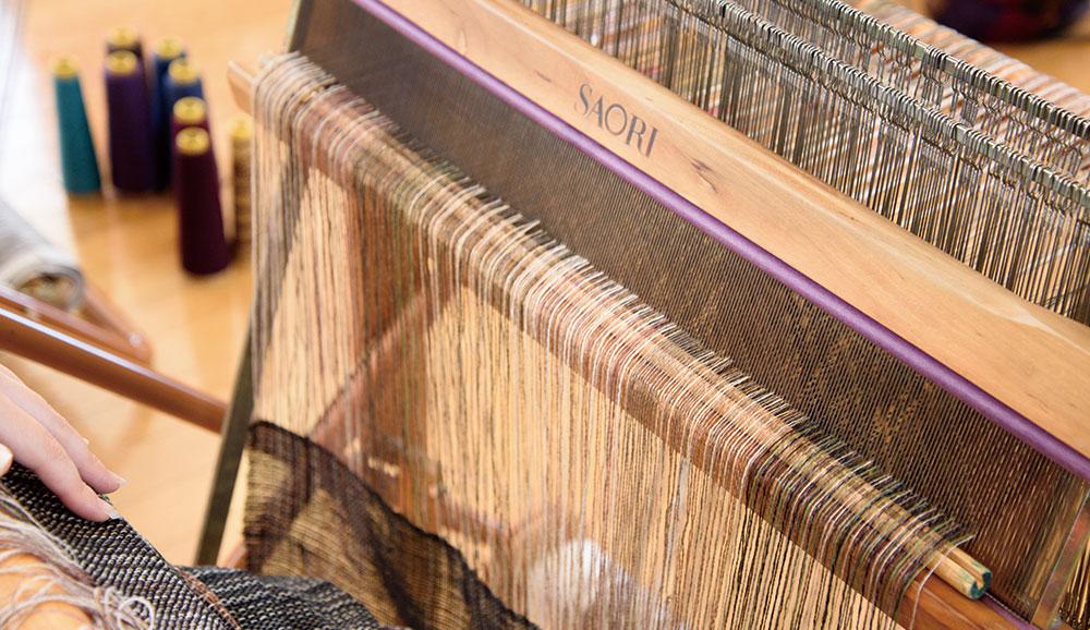 筬受けと、タテ糸の間に溝のついた棒を置きます。