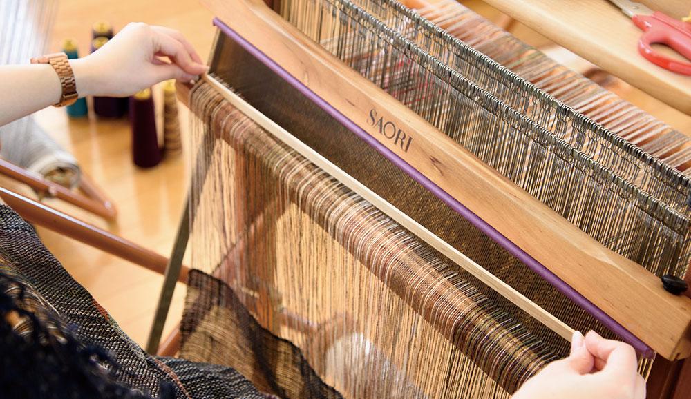 くさび板を溝に差し込んで、タテ糸を挟みます。