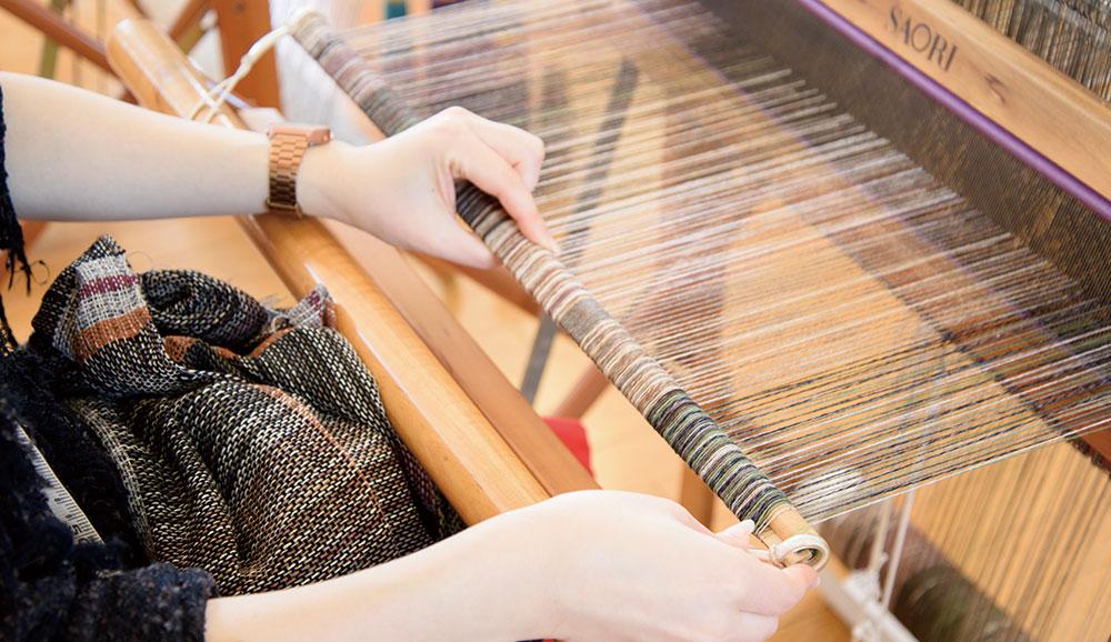 タテ糸を引き出し、くるくると巻いてチューブをつけたらセット完了です。