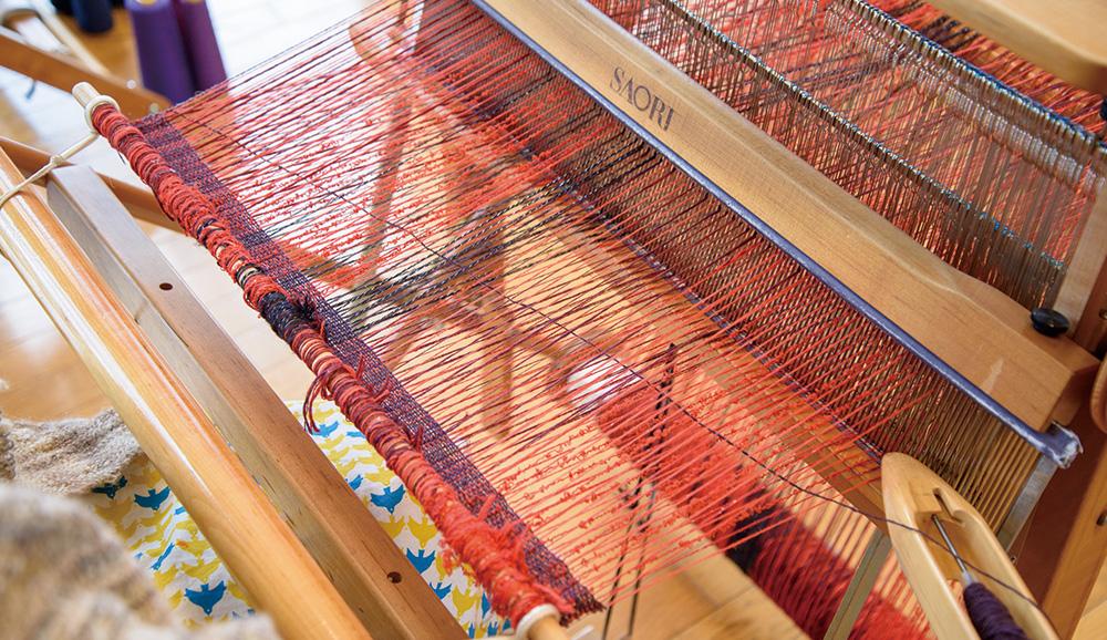 タテ糸の開口にヨコ糸を通します。