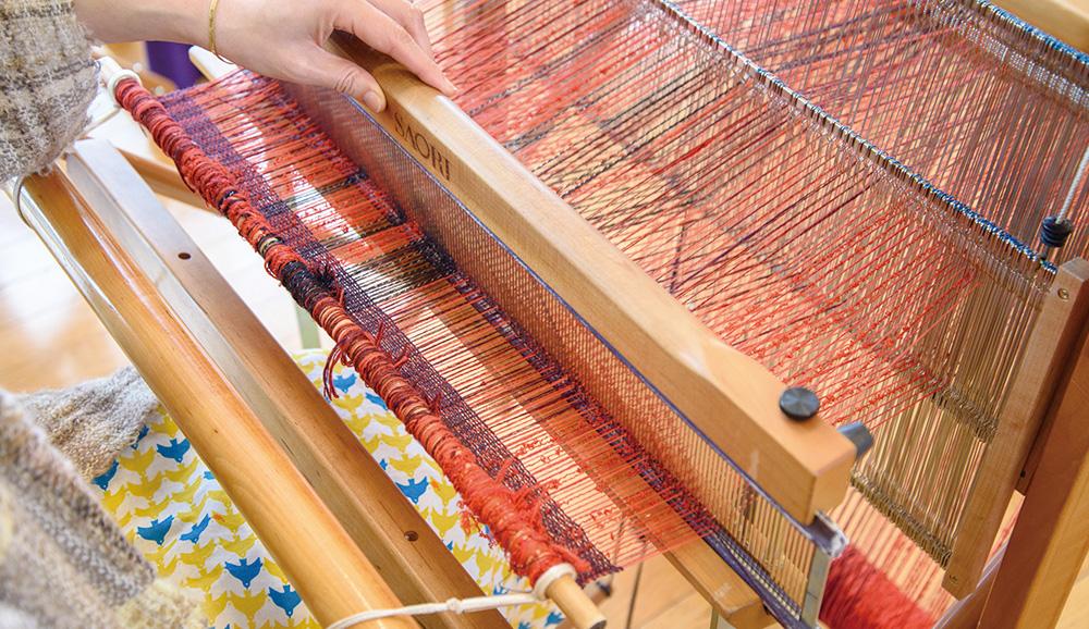 ペダルを踏み替え、ヨコ糸がタテ糸に挟み込まれたら、筬を手前に寄せ糸を整えます。