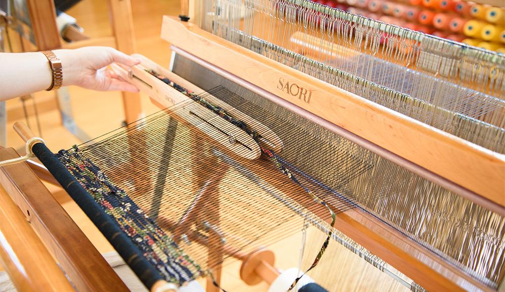 ③いつものように織ります。シャトルのようにタテ糸の間を飛ばせるから、幅広も織りやすい!