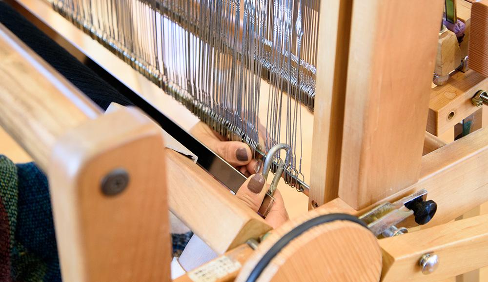 綜絖枠に手動開口装置用オモリを取り付けます。