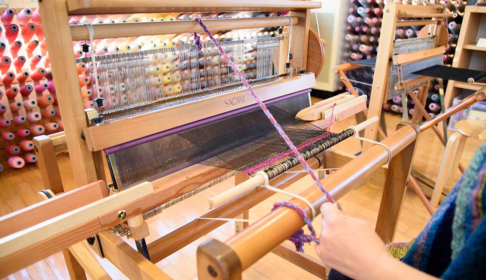 ボビンの端は糸が落ちないように1cmほど空け、左右に振りながら巻きます。