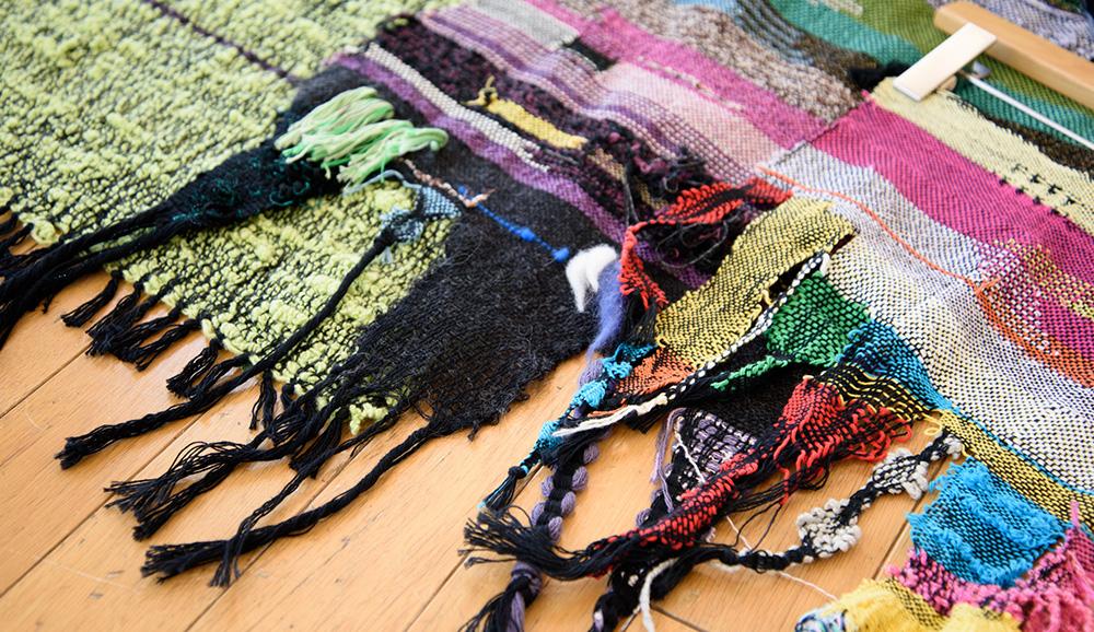 ヨコ糸を選ばない黒のタテ糸が基本